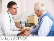 Купить «Доктор общается с пожилым пациентом», фото № 3617704, снято 13 декабря 2011 г. (c) Monkey Business Images / Фотобанк Лори