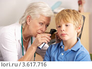 Купить «Врач осматривает ухо ребенка», фото № 3617716, снято 13 декабря 2011 г. (c) Monkey Business Images / Фотобанк Лори