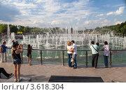Купить «Музыкальный светодинамический фонтан на Острове-подкове», эксклюзивное фото № 3618304, снято 23 июня 2012 г. (c) Родион Власов / Фотобанк Лори