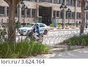 Купить «Колючая проволока, разделяющая проезжую и пешеходную части дороги в городе Тунис», фото № 3624164, снято 5 мая 2012 г. (c) Кекяляйнен Андрей / Фотобанк Лори