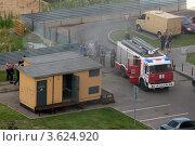 Пожарная машина тушит пожар (2012 год). Редакционное фото, фотограф Алексей Судариков / Фотобанк Лори