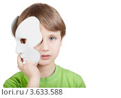 Купить «Мальчик в зеленой футболке с театральной маской», фото № 3633588, снято 17 февраля 2011 г. (c) Losevsky Pavel / Фотобанк Лори