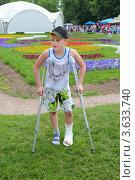 Купить «Грустный мальчик с забинтованной ногой на костылях в летнем парке», фото № 3633740, снято 29 мая 2011 г. (c) Losevsky Pavel / Фотобанк Лори