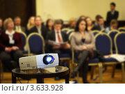 Купить «Проектор на фоне людей в конференц-зале», фото № 3633928, снято 16 декабря 2010 г. (c) Losevsky Pavel / Фотобанк Лори