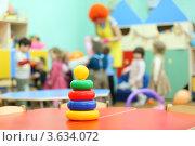 Купить «Игрушка пирамидка на фоне играющих детей в детском саду», фото № 3634072, снято 5 марта 2011 г. (c) Losevsky Pavel / Фотобанк Лори