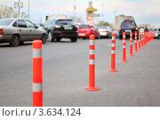 Купить «Защитные полосатые столбы на дороге», фото № 3634124, снято 30 апреля 2011 г. (c) Losevsky Pavel / Фотобанк Лори