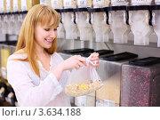 Купить «Девушка покупает мюсли в магазине», фото № 3634188, снято 11 марта 2011 г. (c) Losevsky Pavel / Фотобанк Лори