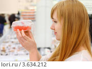 Купить «Девушка смотрит на красную икру», фото № 3634212, снято 11 марта 2011 г. (c) Losevsky Pavel / Фотобанк Лори