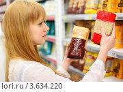 Купить «Блондинка выбирает рис в продуктовом магазине», фото № 3634220, снято 11 марта 2011 г. (c) Losevsky Pavel / Фотобанк Лори