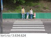 Купить «Семья на дороге перед пешеходным переходом», фото № 3634624, снято 29 мая 2010 г. (c) Losevsky Pavel / Фотобанк Лори