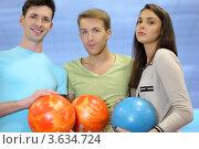 Купить «Девушка и двое парней с шарами для игры в боулинг стоят на голубом фоне», фото № 3634724, снято 21 июня 2011 г. (c) Losevsky Pavel / Фотобанк Лори