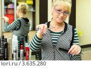Купить «Женщина парикмахер в косметическом салоне с ножницами и расчёской в руках», фото № 3635280, снято 18 мая 2011 г. (c) Losevsky Pavel / Фотобанк Лори