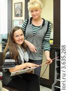 Купить «Клиент и парикмахер смотрят каталог цвета волос и делают выбор», фото № 3635288, снято 18 мая 2011 г. (c) Losevsky Pavel / Фотобанк Лори