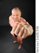 Купить «Недовольный мускулистый мужчина с вставленным вперед кулаком», фото № 3635516, снято 2 апреля 2011 г. (c) Losevsky Pavel / Фотобанк Лори