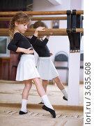 Купить «Девочка занимается у перекладины в балетном классе», фото № 3635608, снято 16 ноября 2010 г. (c) Losevsky Pavel / Фотобанк Лори