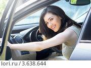 Купить «Девушка сидит за рулем автомобиля и улыбается», фото № 3638644, снято 30 июня 2012 г. (c) Константин Юганов / Фотобанк Лори