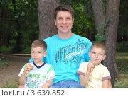 Купить «Папа с сыновьями», фото № 3639852, снято 9 июня 2012 г. (c) Елена Гордеева / Фотобанк Лори