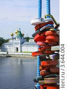 Купить «Замки на мосту около Ипатьевского монастыря в городе Костроме», фото № 3644004, снято 14 июля 2011 г. (c) ElenArt / Фотобанк Лори