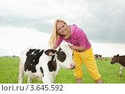 Купить «Счастливая девушка с коровой на лугу», фото № 3645592, снято 13 июня 2009 г. (c) Эдуард Стельмах / Фотобанк Лори