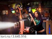 Купить «Девушка с проектором», фото № 3645916, снято 3 декабря 2009 г. (c) Эдуард Стельмах / Фотобанк Лори
