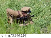 Купить «Солдат в форме времен Великой Отечественной войны лежит в траве с пулемётом», эксклюзивное фото № 3646224, снято 30 июня 2012 г. (c) Литвяк Игорь / Фотобанк Лори