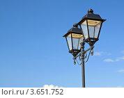Уличный фонарный столб на фоне синего неба. Стоковое фото, фотограф Сергей Яковлев / Фотобанк Лори