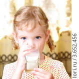 Девочка пьет молоко из стеклянного стакана. Стоковое фото, фотограф Алексей Омельянович / Фотобанк Лори