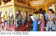 Купить «Туристы разглядывают статуи Будды. Пагода в Багане, Мьянма», видеоролик № 3652532, снято 30 июня 2012 г. (c) Кирилл Трифонов / Фотобанк Лори