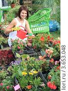 Купить «Девушка ландшафтный дизайнер за работой на в оранжерее загородного дома», фото № 3653048, снято 6 июля 2012 г. (c) Надежда Глазова / Фотобанк Лори