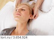 Китайский массаж головы для блондинки. Стоковое фото, фотограф Monkey Business Images / Фотобанк Лори