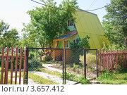 Купить «Дачный дом со скатами крыши до земли», эксклюзивное фото № 3657412, снято 21 июня 2012 г. (c) Алёшина Оксана / Фотобанк Лори