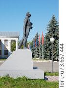 Купить «Заволжье. Памятник Гагарину», фото № 3657444, снято 9 июля 2012 г. (c) Александр Романов / Фотобанк Лори