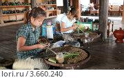 Купить «Табачная мастерская на озере Инле, Мьянма», видеоролик № 3660240, снято 7 июля 2012 г. (c) Кирилл Трифонов / Фотобанк Лори