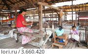 Купить «Женщины работают в ткацкой мастерской на озере Инле, Мьянма», видеоролик № 3660420, снято 7 июля 2012 г. (c) Кирилл Трифонов / Фотобанк Лори