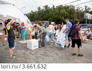 Купить «Пункт сбора гуманитарной помощи для пострадавших от наводнения на Кубани», эксклюзивное фото № 3661632, снято 11 июля 2012 г. (c) Наталья Волкова / Фотобанк Лори