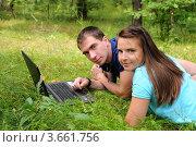 Купить «Молодые люди с ноутбуком на природе», эксклюзивное фото № 3661756, снято 8 июля 2012 г. (c) Юрий Морозов / Фотобанк Лори