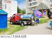 Продажа натурального молока в Луховицах (2012 год). Редакционное фото, фотограф Зобков Юрий / Фотобанк Лори