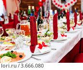 Купить «Банкет. Сервировка праздничного стола.», эксклюзивное фото № 3666080, снято 9 июня 2012 г. (c) Игорь Низов / Фотобанк Лори