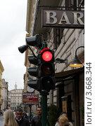 Купить «Светофор на улице Рима Италия. Красный запрещающий свет.», фото № 3668344, снято 6 мая 2012 г. (c) Ирина Иванова / Фотобанк Лори