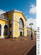 Купить «Город Волхов, здание железнодорожного вокзала», эксклюзивное фото № 3683444, снято 15 июля 2012 г. (c) Юлия Бабкина / Фотобанк Лори