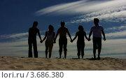 Купить «Взявшись за руки, пять друзей прыгают на песке на фоне вечернего неба», видеоролик № 3686380, снято 31 марта 2010 г. (c) Losevsky Pavel / Фотобанк Лори