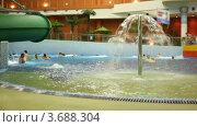 Купить «Люди купаются в бассейне с фонтаном в аквапарке», видеоролик № 3688304, снято 6 июля 2010 г. (c) Losevsky Pavel / Фотобанк Лори