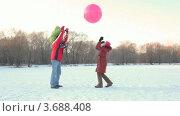 Купить «Семья играет с воздушным шаром зимним днем в парке», видеоролик № 3688408, снято 14 июля 2010 г. (c) Losevsky Pavel / Фотобанк Лори