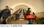Купить «Люди сходят с эскалатора в московском метро», видеоролик № 3688416, снято 7 июля 2010 г. (c) Losevsky Pavel / Фотобанк Лори