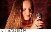 Купить «Девушка стоит перед микрофоном», видеоролик № 3688516, снято 15 марта 2010 г. (c) Losevsky Pavel / Фотобанк Лори