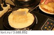 Купить «Блин жарится на раскаленной сковороде», видеоролик № 3688892, снято 2 марта 2010 г. (c) Losevsky Pavel / Фотобанк Лори