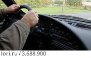 Купить «Мужские руки на руле автомобиля», видеоролик № 3688900, снято 23 марта 2010 г. (c) Losevsky Pavel / Фотобанк Лори
