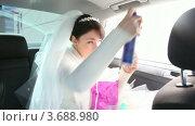 Купить «Невеста укладывает волосы лаком», видеоролик № 3688980, снято 19 марта 2010 г. (c) Losevsky Pavel / Фотобанк Лори