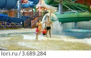 Купить «Очаровательная женщина, мужчина и дети стоят возле фонтана», видеоролик № 3689284, снято 8 августа 2010 г. (c) Losevsky Pavel / Фотобанк Лори