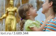 Купить «Мать и дочь около фонтана Дружбы народов», видеоролик № 3689344, снято 30 мая 2010 г. (c) Losevsky Pavel / Фотобанк Лори